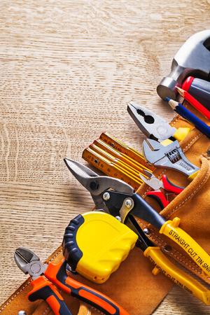outils construction: toolbelt vue avec des outils de construction Pinces pinces tapeline cu Banque d'images