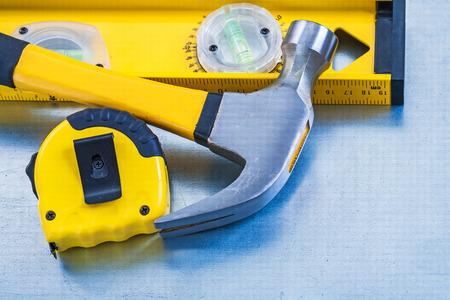 mantenimiento: Cinta de medir el nivel de la construcción y la garra martillo