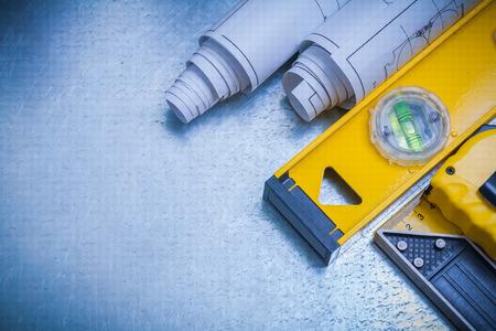 the maintenance: Imagen horizontal de la medición de los planes de construcción de línea y regla cuadrada nivel sobre metálica concepto de mantenimiento de fondo.