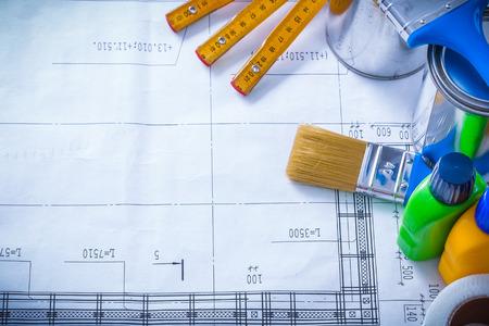 the maintenance: La cinta adhesiva botellas latas metros y cepillo de pintura de madera en concepto de mantenimiento del plan de construcción. Foto de archivo