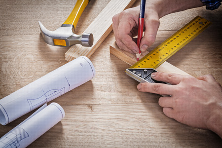 木の板に鉛筆で描画の大工の手。 写真素材