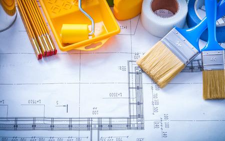 mantenimiento: cinta hogar metros de madera y la composición de las herramientas de pintura en concepto de mantenimiento horizontal de la imagen plan de construcción.