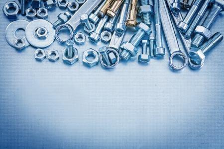 herramientas de trabajo: Ancla arandelas de los pernos screwbolts llave de tuercas y plana en el fondo met�lico concepto de reparaci�n.