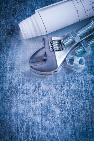 tuercas y tornillos: Acero de construcci�n llave inglesa pernos tuercas y planos sobre ara�ado concepto de mantenimiento del fondo met�lico.