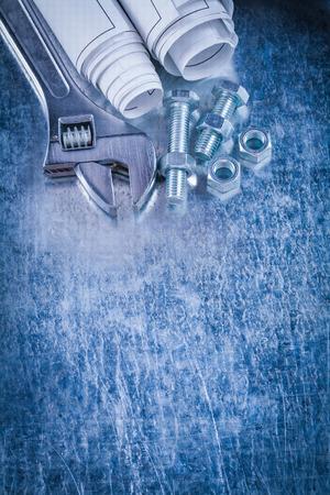 tuercas y tornillos: Pernos tuercas construcci�n llave inglesa inoxidable y planos sobre ara�ado copia fondo met�lico concepto de mantenimiento del espacio. Foto de archivo
