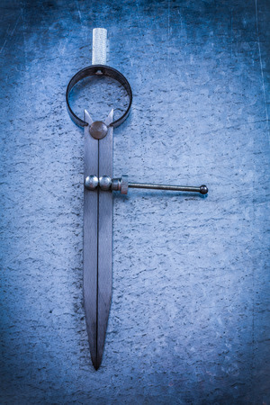 compas de dibujo: Dibujo brújula en el fondo metálico rayado Foto de archivo