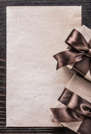 Geschenkdozen met strik papier op houten bord verticale versie.