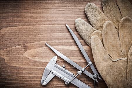 compas de dibujo: Deslice la pinza de dibujo concepto de seguridad brújula guantes de construcción.
