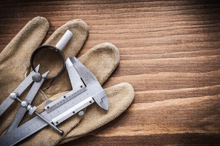 compas de dibujo: Vernier dibujo a escala concepto guantes de cuero br�jula construcci�n.
