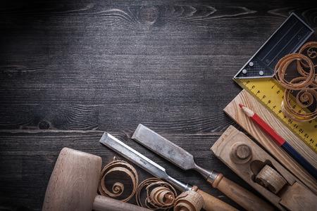 herramientas de carpinteria: Herramientas del carpintero en el concepto de construcción plancha de madera.