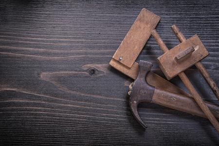 carpintero: Edad de edad garra martillo regla cuadrada de calibre carpintero en el tablero de madera.
