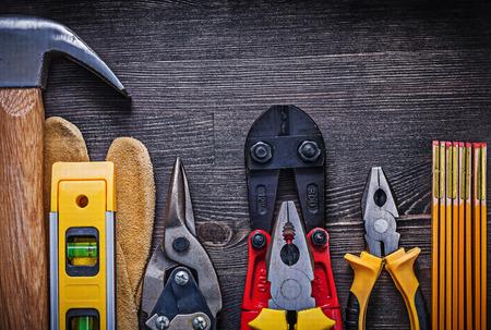 herramientas de construccion: Conjunto de herramientas de la construcci�n en concepto de mantenimiento tabla de madera. Foto de archivo