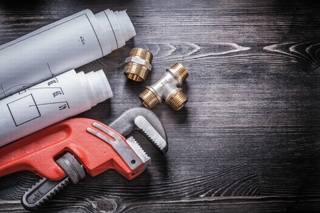 cañerías: Llave de tubo accesorios de plomería de cobre enrollados planos de construcción. Foto de archivo
