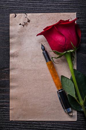 birthday greetings: papel rojo aument� la cosecha pluma estilogr�fica en la tabla de madera.