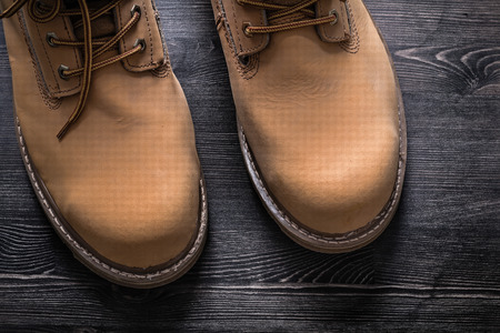 calzado de seguridad: botas de trabajo de seguridad en el concepto de construcción plancha de madera. Foto de archivo