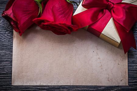 birthday greetings: Vintage de papel limpia rosas rojas naturales envuelven el cuadro actual.