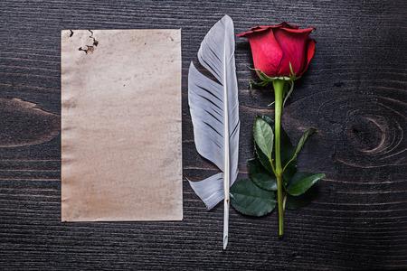 felicitaciones cumplea�os: Papel de la vendimia florecido natural de rosa roja penacho sobre tabla de madera. Foto de archivo