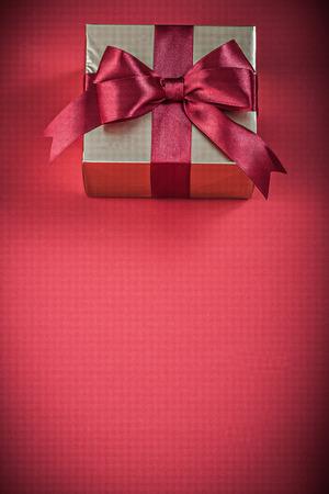 fondo rojo: envase Bolsas de regalo con lazo rojo en concepto de vacaciones de fondo.