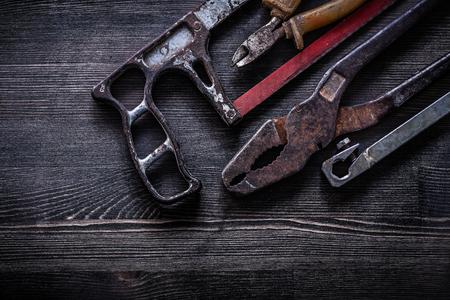 serrucho: Composici�n de las pinzas oxidadas serrucho concepto alicates construcci�n de la vendimia. Foto de archivo