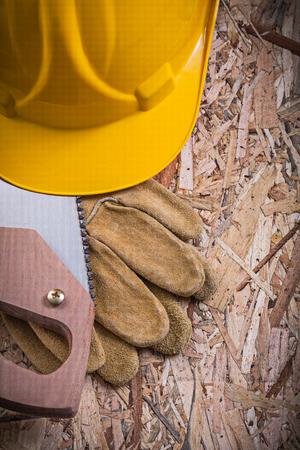 serrucho: guantes de cuero de protecci�n de construcci�n serrucho casco en madera aglomerada.