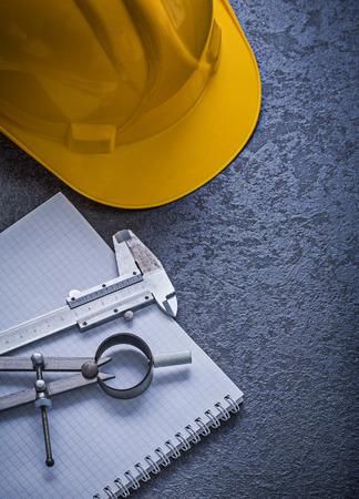 compas de dibujo: edificio portátil concepto de dibujo casco compás vernier elaboración de la escala.