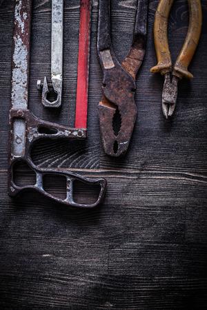 serrucho: Composición de las pinzas alicates serrucho concepto de construcción de la vendimia. Foto de archivo