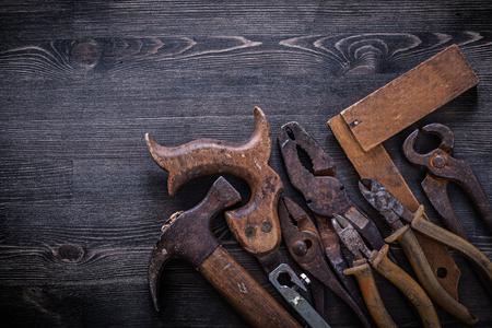 serrucho: Conjunto de pinzas serrucho pinzas tijeras de hojalatero martillo regla cuadrada. Foto de archivo
