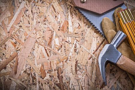 serrucho: guantes de cuero de seguridad madera de un metro sierra de mano de garra martillo de OSB.