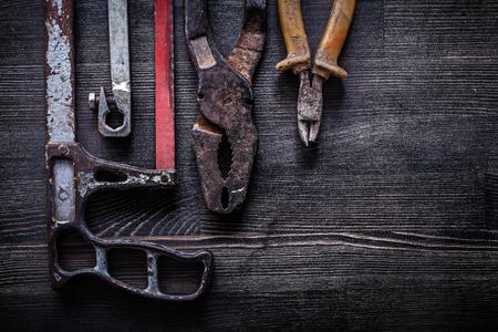 serrucho: Conjunto de concepto alicates de corte de alambre de construcci�n sierra de mano de la vendimia.