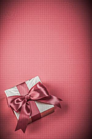 fondo rojo: Caja de regalo con cinta atada en rojo vacaciones concepto de fondo.