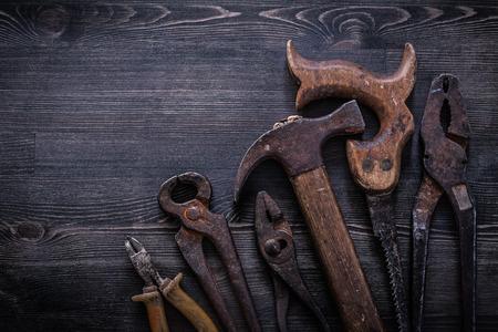 serrucho: Conjunto de pinzas serrucho pinzas tijeras de hojalatero concepto de construcción martillo.