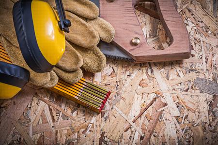 serrucho: guantes de cuero de protección de madera orejeras metros Sierra en madera aglomerada.