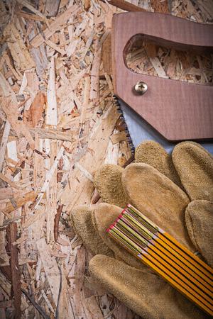 serrucho: guantes de cuero de seguridad serrucho madera de un metro de OSB.