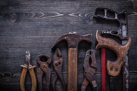 serrucho: pinzas pinzas serrucho concepto cortador de acero de construcción de garra Martillo de la vendimia.