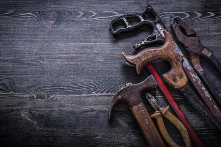 serrucho: Pinzas serrucho oxidado pinzas de la vendimia concepto de construcci�n garra martillo.