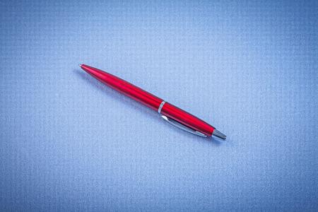 ball pens stationery: Bolígrafo de tinta roja vista horizontal concepto de oficina.