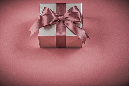 fondo rojo: envase Bolsas de regalo en rojo vacaciones concepto de fondo.