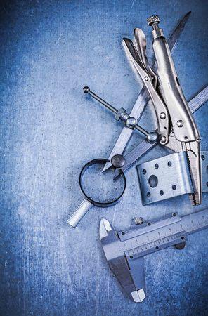 compas de dibujo: Metal pinzas gancho de cierre trasmallo pinza perforado angulares de la construcción de dibujo brújula en el fondo metálico.
