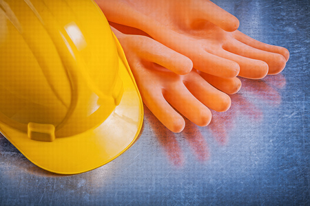 guantes: guantes de goma Electricistas sombrero duro en el fondo del concepto de la electricidad met�lica.