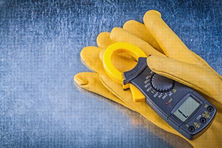 guantes: guantes de seguridad pinza digitales en el fondo metálico.