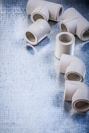 kunststoff rohr: Set von Kunststoff-Rohrverbindungen auf metallischen Oberflächen Baukonzept.