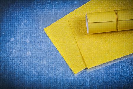 emery paper: Yellow emery paper on metallic background.