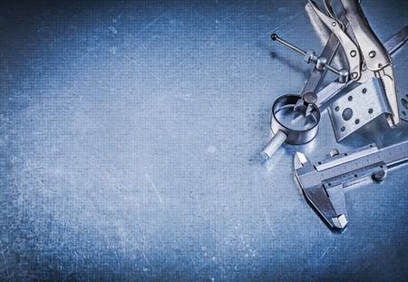 compas de dibujo: Metal pinzas gancho de cierre deslizante pinza perforado angulares de la construcción de dibujo brújula en el fondo metálico.