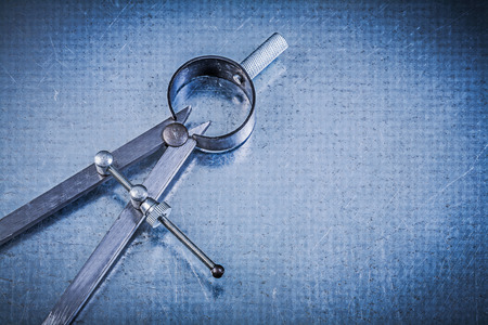 compas de dibujo: Construcción metálica dibujo brújula en el fondo metálico.