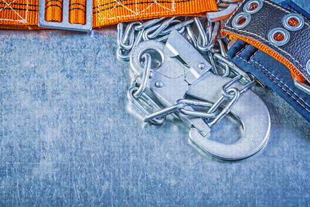 cinturon seguridad: mosquetón de seguridad de construcción cadena de metal en el fondo de la correa metálica.
