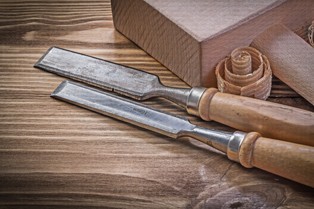 scobs: Lump hammer chisels curled scobs on vintage wood board construction concept. Stock Photo