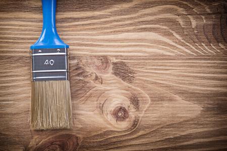 brocha de pintura: Brocha en el tablero de madera vista superior concepto de construcci�n.