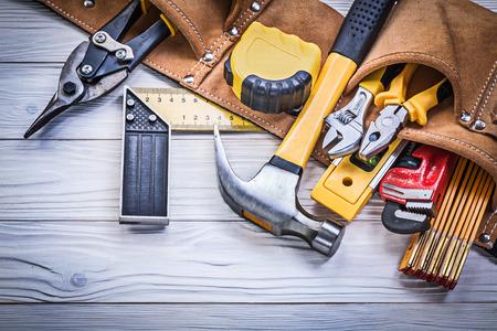 Lederen tool riem van de bouw gereedschappen op een houten plank onderhoudsconcept.