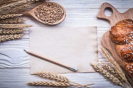 lapiz y papel: tabla de cortar el pan de centeno oídos de trigo stick cuchara de madera maíz lápiz de papel de la vendimia.