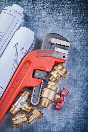 niples: llave inglesa pezones manguera de la v�lvula planos laminados de lat�n de puerta en concepto de fondo de la construcci�n met�lica. Foto de archivo